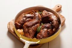 Hanche rôtie de lapin dans la casserole avec les herbes fraîches images libres de droits