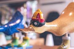 Hancrafted和手画滑稽的木鸭子在纪念品店在巴厘岛,印度尼西亚一个热带海岛上  免版税库存图片