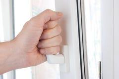 Hand öffnet ein Fenster Stockfotografie
