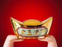 Hand över antika kinesiska guld- pengar Royaltyfria Foton