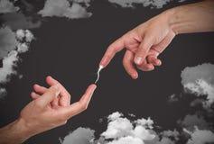 Hand-Übertragungsblitzbolzen zu einer anderen Hand Lizenzfreie Stockfotografie