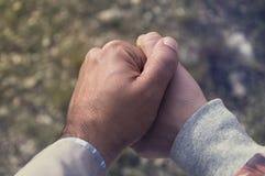 Hand aan hand Stock Foto