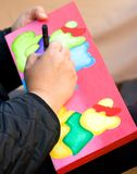Hand, Abbildung und Malerpinsel des Künstlers Stockfotografie