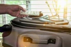 Hand addiert Pillenbehälter, um Fall, Sonnenstrahlen zu entsprechen kommt von einem Fenster stockfotografie