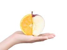 In hand appel en sinaasappel Royalty-vrije Stock Foto
