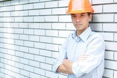 Hand arbeider die zich dichtbij een muur bevindt Royalty-vrije Stock Fotografie