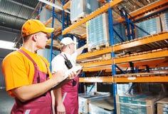 Hand arbeiders in pakhuis stock fotografie