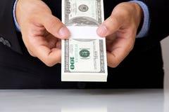 Hand att ge pengar Fotografering för Bildbyråer