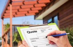 Hand att skriva ett citationstecken för renovering för Home byggnad Royaltyfria Foton