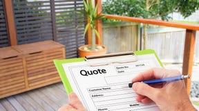 Hand att skriva ett citationstecken för renovering för Home byggnad Arkivbild