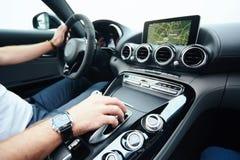 Hand auf automatischer Gangschaltung, Mannhand, die ein automatisches Auto verschiebt Lizenzfreies Stockbild