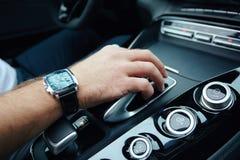 Hand auf automatischer Gangschaltung, Mannhand, die ein automatisches Auto verschiebt Stockfotografie