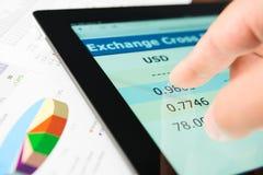 Hand auf Bildschirmtablette-PC mit Geschäftsinformationen Lizenzfreies Stockfoto