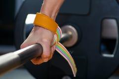 Hand auf dem Barbell Junger Athlet, der zum Gewichthebentraining Carpalverband fertig wird Stockfoto