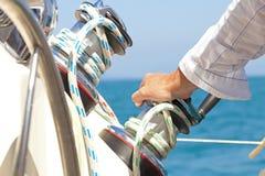 Hand auf dem Helm Lizenzfreies Stockbild