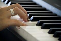 Hand auf dem Klavier stockbilder