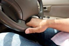 Hand auf dem Rad-Auto-Fahren Stockfotos