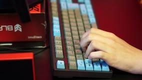 Hand auf der Computertastatur stock footage