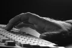 Hand auf der Tastatur Lizenzfreie Stockbilder