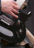 Hand auf einer Gitarre lizenzfreie stockfotos