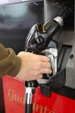 Hand auf Gaspumpe stockfoto