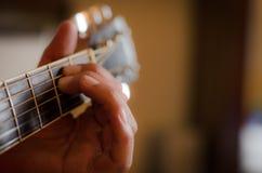 Hand auf Gitarre Stockfotos