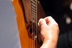 Hand auf Gitarre stockbilder