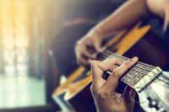 Hand auf Gitarre Stockfoto