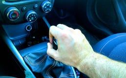 Hand auf manuellem Gangschaltungknopf Stockbilder