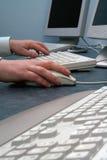 Hand auf Maus Lizenzfreie Stockbilder