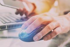 Hand auf Maus mit Smartphone lizenzfreie stockfotos