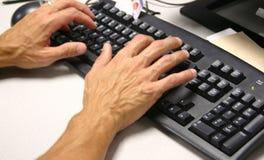 Hand auf Tastatur Lizenzfreies Stockfoto
