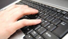 Hand auf Tastatur lizenzfreie stockfotos
