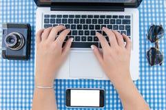 Hand auf Tastatur Stockfoto