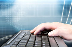 Hand auf Tastatur und Technologiehintergrund Stockfoto