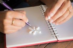 Hand auf weißer Pillenmedizin Stockfoto