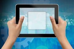 Hand av affärskvinnan som rymmer den digitala tableten Arkivbilder