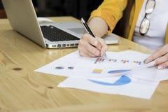 Hand av affärskvinnapunkt måldiagrammet Royaltyfria Bilder