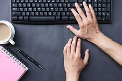 Hand av affärsmannen som skrivar ut arbetsaffär i kontoret fotografering för bildbyråer