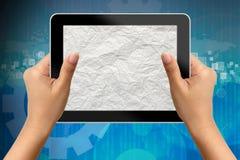 Hand av affärskvinnan som rymmer den digitala tableten Arkivfoto