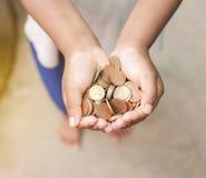 Hand av barnet med mynt royaltyfri bild