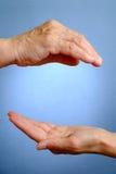 Hand av den äldre kvinnan ovanför ung kvinnas hand Royaltyfria Foton