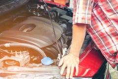 Hand av den auto mekanikern med en skiftnyckel Checkin för bilreparationsmekaniker fotografering för bildbyråer