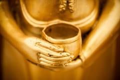 Hand av den guld- Buddha Royaltyfria Foton