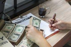 Hand av den hållande pennan för affärsman som skriver affärsdokumentet royaltyfria bilder