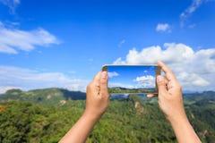 Hand av den hållande smartphonen för kvinna som tar fotoet Arkivbilder
