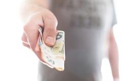 Hand av den manliga personen som räcker över olika euroräkningar Arkivfoton