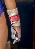 Hand av den unga gymnastflickan med magnesium royaltyfri bild