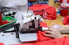 Hand av den yrkesmässiga symaskinen Fotografering för Bildbyråer