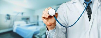 Hand av doktor With en stetoskop i sjukhus Sjukvårdmedicinbegrepp arkivfoton